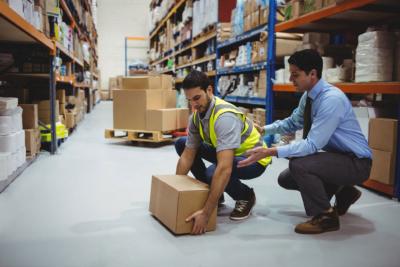 Photo d'un homme en chemise aidant un ouvrier, un outil pour adopter des postures confortables et gagner en efficacité