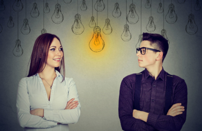 Photo d'un homme et d'une femme reflechissant autour d'un dessin d'ampoule, apprendre à se connaitre pour éviter de franchir ses limites, éviter le burnout