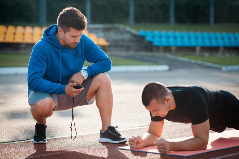 Photo d'un coach entrainant un sportif, les tests fonctionnels permettent aux employés de faire le point sur leur condition physique