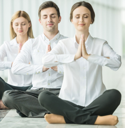 Photo de 3 personnes en chemise meditant en tailleur, l'employé se relaxe et travaille sainement