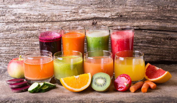Photo de fruits et jus de fruits poses sur une table, outil permettant au salarié de savoir adapter une partie de son alimentation en fonction de ses besoins