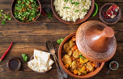 Photo d'une table sur laquelle sont poses plusieurs plats de differents pays, un outil pour sensibiliser les travailleurs a leur alimentation