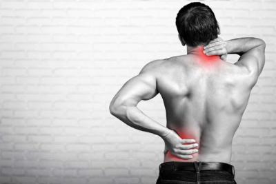Photo illustrant les problèmes de dos d'un homme, un outil pour que nos collaborateurs puissent prévenir leurs douleurs au dos