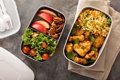 Photo de plats cuisines disposes dans des bentos, un outil pour optimiser des repas
