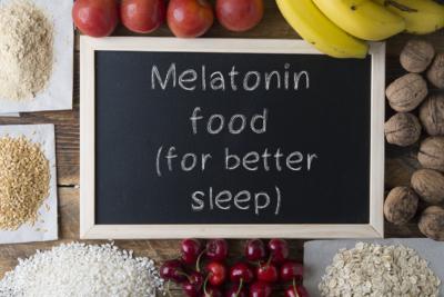 """Photo d'aliments et d'une ardoise poses sur une table. Sur l'ardoise il est marque """"melatonin foot (for better sleep)"""", des outils pour favoriser son endormissement et optimiser son ressourcement et son repos"""