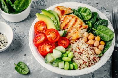 Photo d'un plat equilibre compose de riz de legumes, de tomates et de viande, les employés adoptent un comportement adapté vis à vis de leur alimentation
