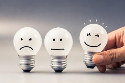 Image de trois ampoules exprimant des emotions, une triste, une restant de marbre et une heureuse qui sort du lot, moyen pour que nos collaborateurs puissent se canaliser et avoir le contrôle sur leurs émotions