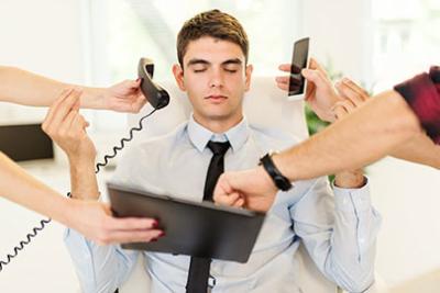 Image d'une personne gardant son calme malgre le fait qu'elle soit sollicitee de tous les cotes, outil de detente pour éviter la surcharge et se relaxer efficacement