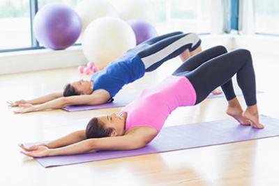 Photo de deux personnes pratiquant le pilate l'un a cote de l'autre, développement des muscles, amelioration de la posture
