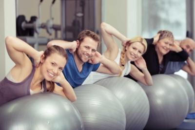 photo d'un groupe de personnes s'entrainant ensemble avec des swissball, renforcer son corps