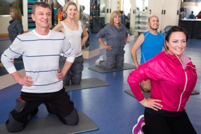 Photo d'un groupe de personnes faisan touts ensemble du sport en salle, un outil pour se sentir mieux dans son corps au travers d'une activité sportive
