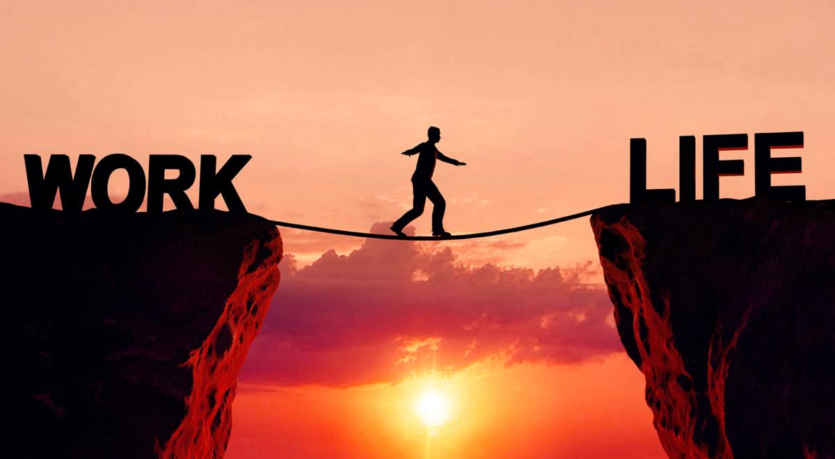 Image d'un funambule traversant entre une falaise illustrant le travail et une autre illustrant la vie, un outil pour que les employés fassent la balance entre travail et vie privée, un équilibre pour le bien-être et un mode de vie sain