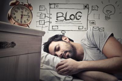 Photo d'un homme reflechissant durant son sommeil dans son lit, techniques permettant un meilleurs endormissement pour un repos efficace