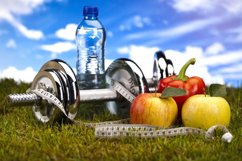 Photo d'alteres, d'eau et de fruits poses dans l'herbe, cet atelier permet à l'employé de composer son alimentation en fonction de ses besoins