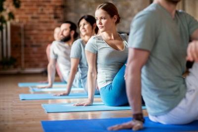 Photo d'un groupe de personnes faisant du stretching postural ensemble, ou atelier pour que nos collaborateurs apprennent à gérer leur stress